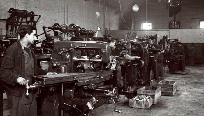 Trabajadores en una fábrica de principios del siglo XX