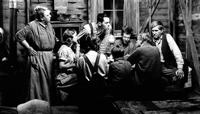 Familia trabajadora comiendo alrededor de la mesa