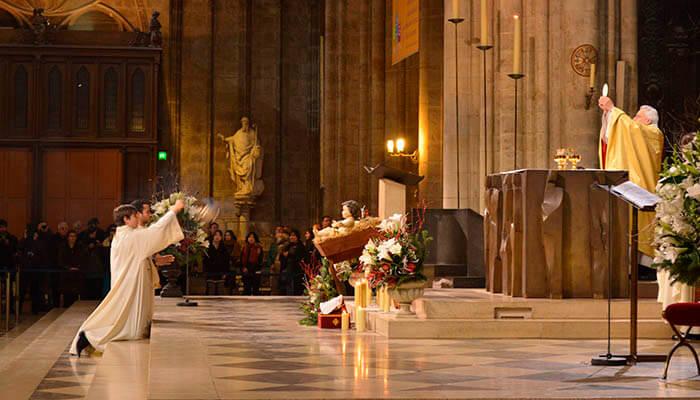 Celebración de una misa en la catedral de Notre Dame.