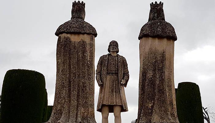Estatua de los Reyes Católicos y de Colón.