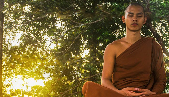 Monje budista meditando.