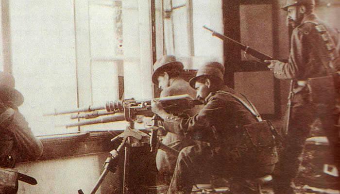 Soldados combatiendo durante la Decena Trágica.