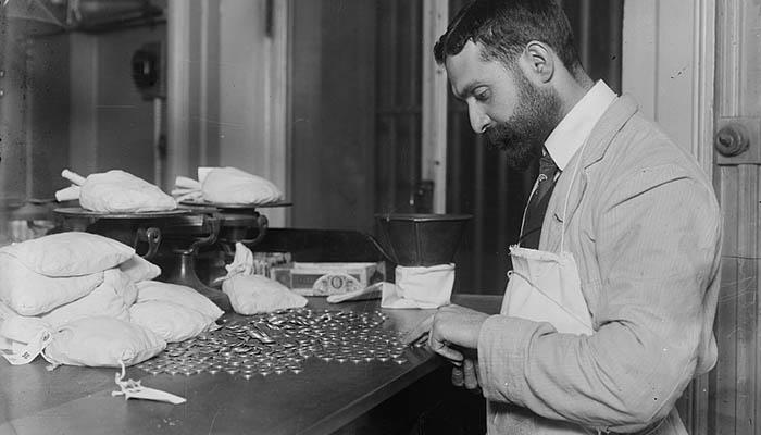 Trabajador contando monedas