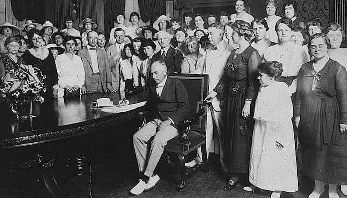 Frederick Gardner ratificando la Decimonovena Enmienda a la Constitución de los Estados Unidos