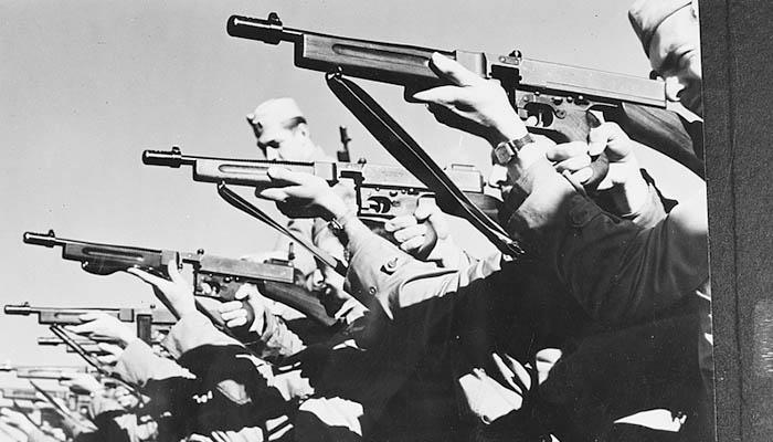 Soldados apuntando con una ametralladora