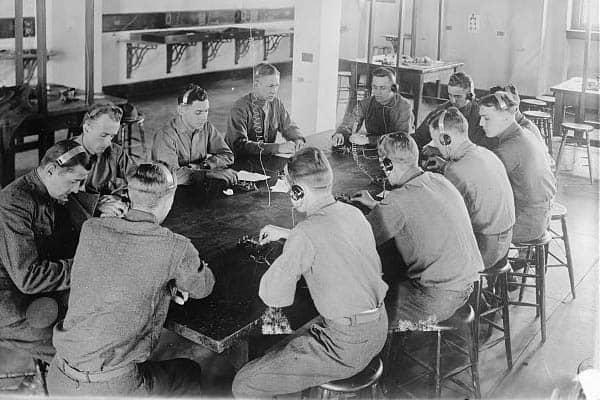 Aviadores practicando telegrafía