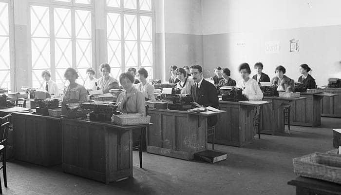 Usando máquinas de escribir en una oficina