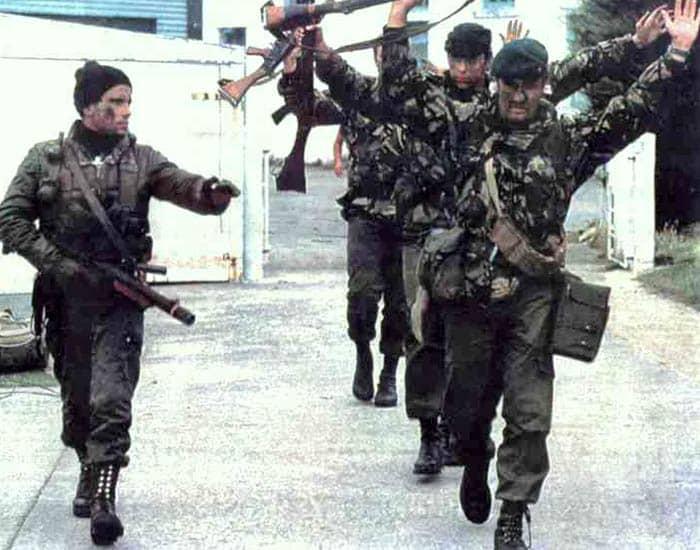 El cabo Jacinto Eliseo Batista custodia a varios miembros de los Royal Marines