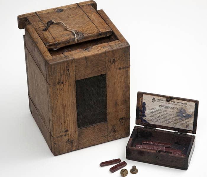Urna electoral utilizada en las elecciones generales de Argentina del año 1916.