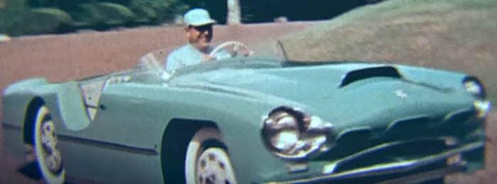 Perón conduciendo un automóvil
