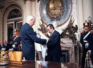Reynaldo Bignone y Raúl Alfonsín