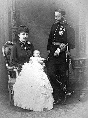 María Cristina y Alfonso XII con su hija Mercedes