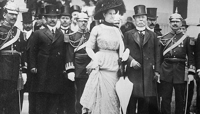 Fotografía de Porfirio Díaz con su esposa y distintos miembros de su gabinete