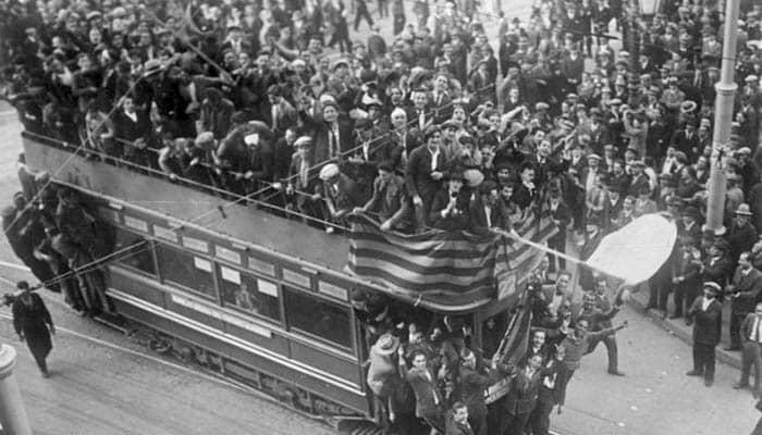 Fotografía de la celebración en Barcelona tras la proclamación de la Segunda República Española