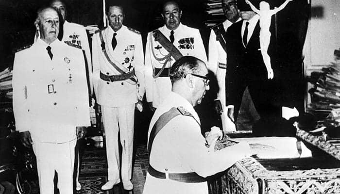 Francisco Franco observa la toma de posesión de Carrero Blanco