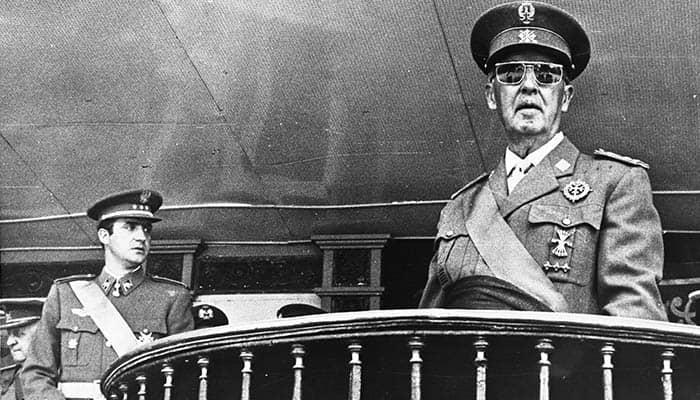 El futuro rey Juan Carlos I y Francisco Franco
