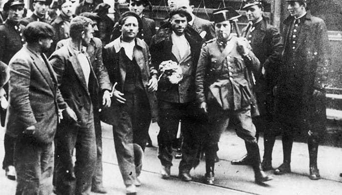 La Guardia Civil y la Guardia de Asalto con varios prisioneros de la Revolución de Asturias de 1934