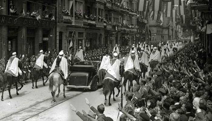 Francisco Franco entra en San Sebastián acompañado de la Guardia Mora