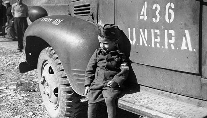 Fotografía de un niño sentado en un camión de la UNRRA