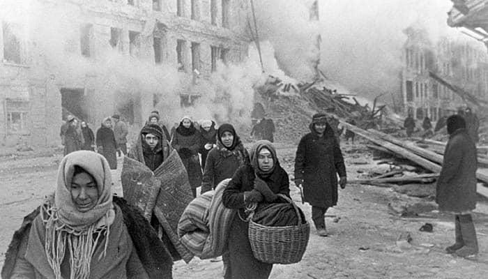 Ciudadanos de Leningrado, actual San Petersburgo, abandonan sus hogares tras un bombardeo alemán