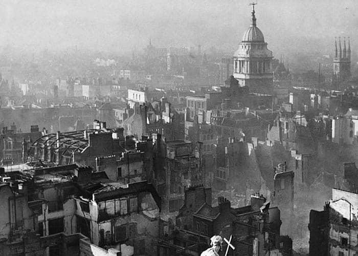 La ciudad de Londres tras un bombardeo alemán