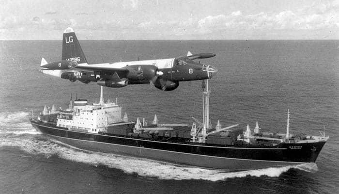 Un P-2H Neptune perteneciente a la Marina de los Estados Unidos de América sobrevuela a un buque soviético