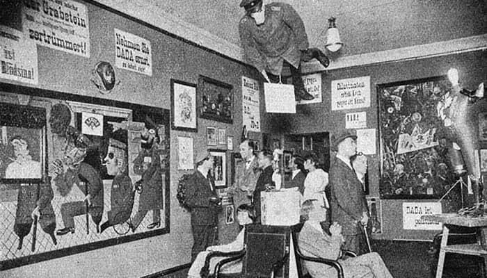 Fotografía de la inauguración de la primera exposición del dadaísmo