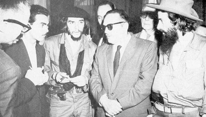 El presidente Manuel Urrutia con los líderes rebeldes Che Guevara y Camilo Cienfuegos