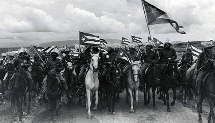 Revolucionarios a caballo tras su victoria en la Revolución cubana